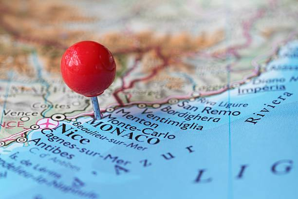 stick-stift auf der karte von monaco und monte carlo - krawattennadel stock-fotos und bilder