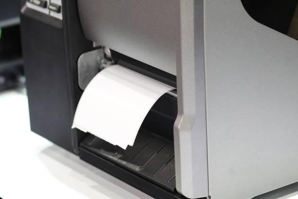 impresora de etiquetas engomada para código de barras - foto de stock