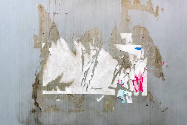 aufkleber-trace und leim spur auf die graue wand textur. ideal für den hintergrund. - aufkleber stock-fotos und bilder