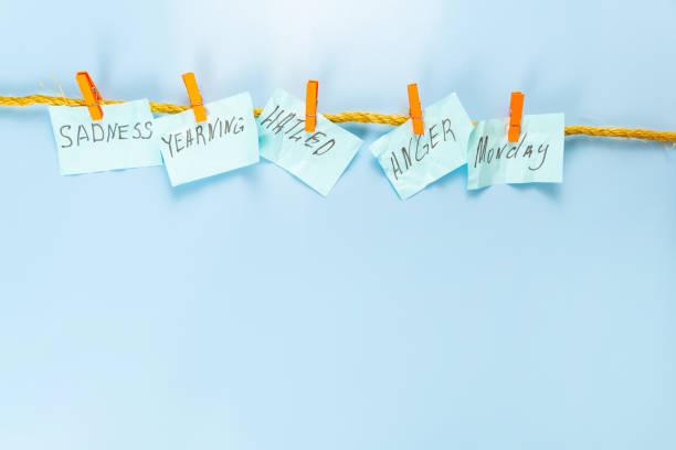 adesivi con iscrizioni nel lunedì blu su una corda con spille. - blue monday foto e immagini stock