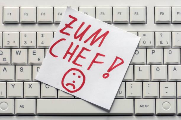 notiz auf einer computertastatur und die deutschen worte - mit dem chef - kündigung arbeitsvertrag stock-fotos und bilder