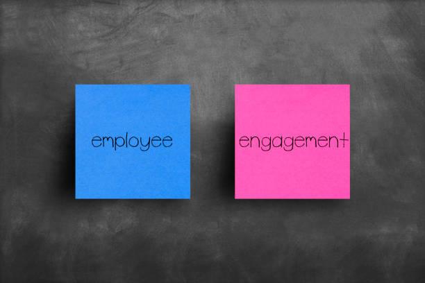 sticky note on blackboard, employee engagement - coinvolgimento dei dipendenti foto e immagini stock