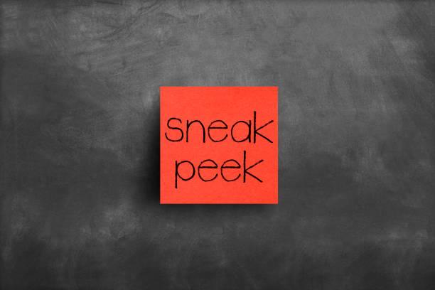 sticky note op blackboard, sneak peek - sneakpreview stockfoto's en -beelden