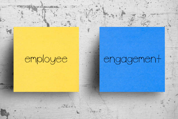 sticky note on concrete wall, employee engagement - coinvolgimento dei dipendenti foto e immagini stock