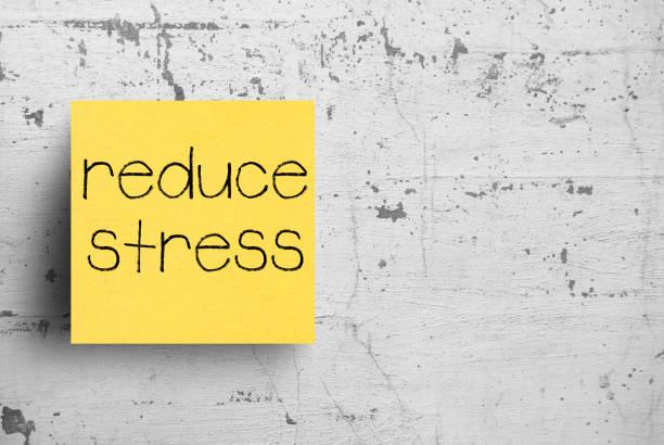 nota adhesiva en la pared de hormigón, reducir el estrés - presión fotografías e imágenes de stock