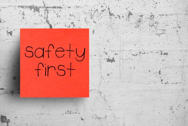 nota adhesiva en la pared de concreto, la seguridad primero - seguridad fotografías e imágenes de stock