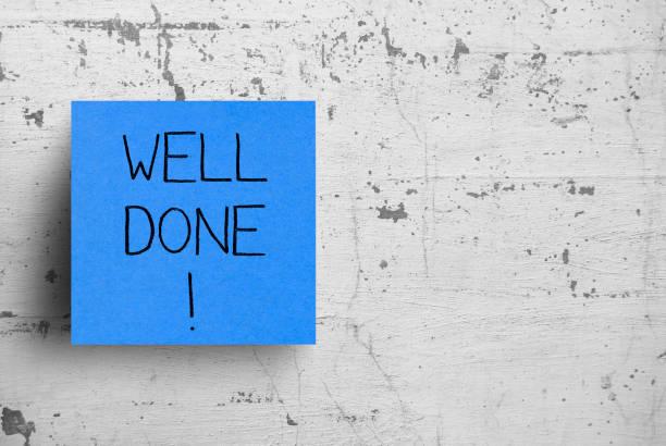 notitie op betonnen muur, goed gedaan - feliciteren stockfoto's en -beelden