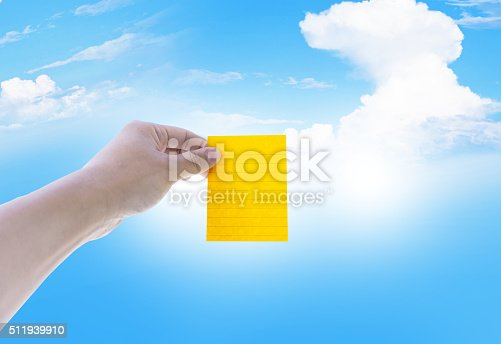 istock Sticky note on man hand with sky and cloud background 511939910