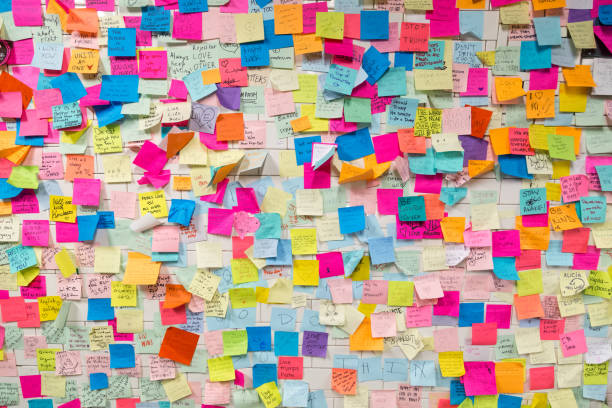 sticky post-it notes in nyc subway station - post it foto e immagini stock