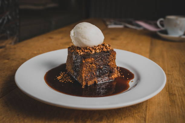 sticky toffee pudding - karamel stockfoto's en -beelden