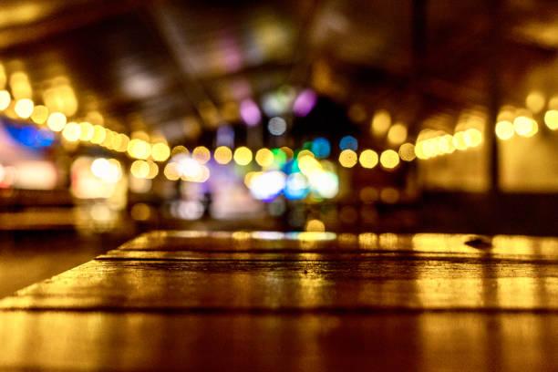 in der nacht immer noch glücklich ich - regenzeit stock-fotos und bilder