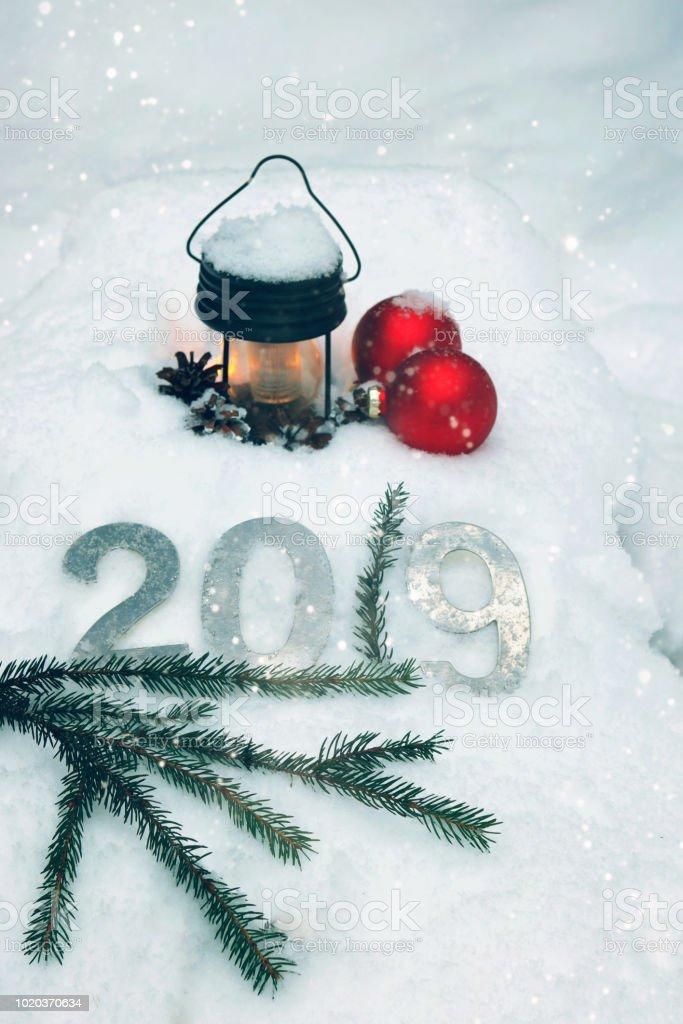 Nature morte pour 2019 avec une lampe de poche, de boules de Noël et d'un bouquet d'arbres de Noël. - Photo