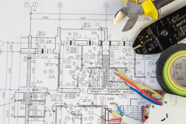 bodegón de componentes eléctricos dispuestos en planes - electricity fotografías e imágenes de stock