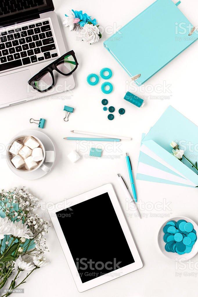 Natura morta di moda donna, blu oggetti su bianco foto stock royalty-free