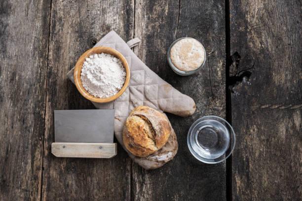 Stillleben von hausgemachtem Brot und Zutaten – Foto