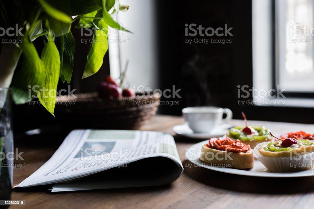 Stillleben Von Zeitung Fruhstuck Mit Kuchen Und Kaffee Am Kuchentisch Vor Fenster Stockfoto Und Mehr Bilder Von Fenster Istock