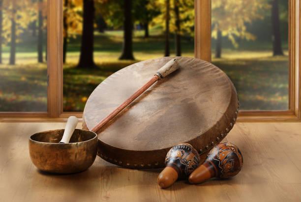 une nature morte du tambour chamanique, bols chantants tibétains et maracas - cérémonie photos et images de collection