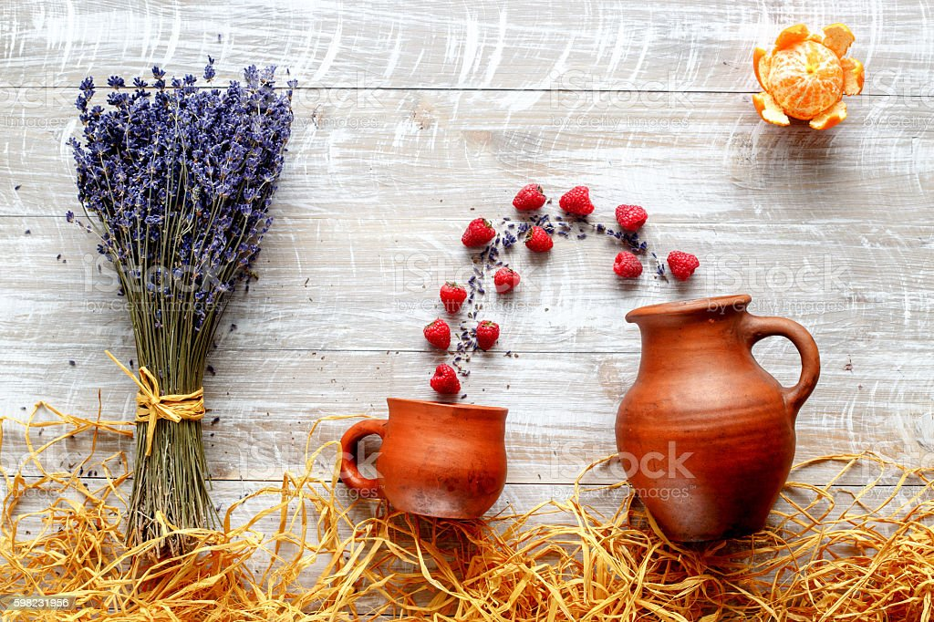 still life pottery and lavender - country style with berries foto royalty-free