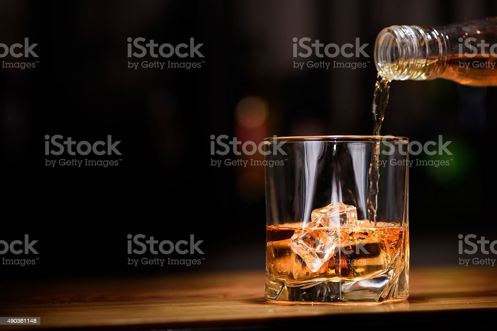 Still life. pour or whiskey in to glass - Royalty-free Alkolizm Stok görsel