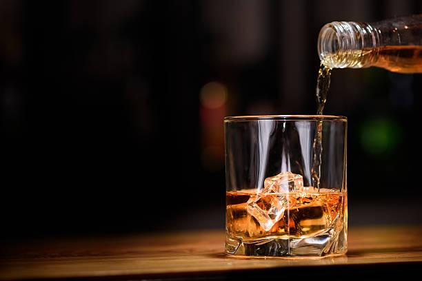 по-прежнему жизни налить в бокал или виски - напиток стоковые фото и изображения