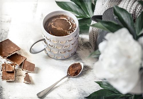한 잔 커피와 꽃의 정 개념에 대한 스톡 사진 및 기타 이미지