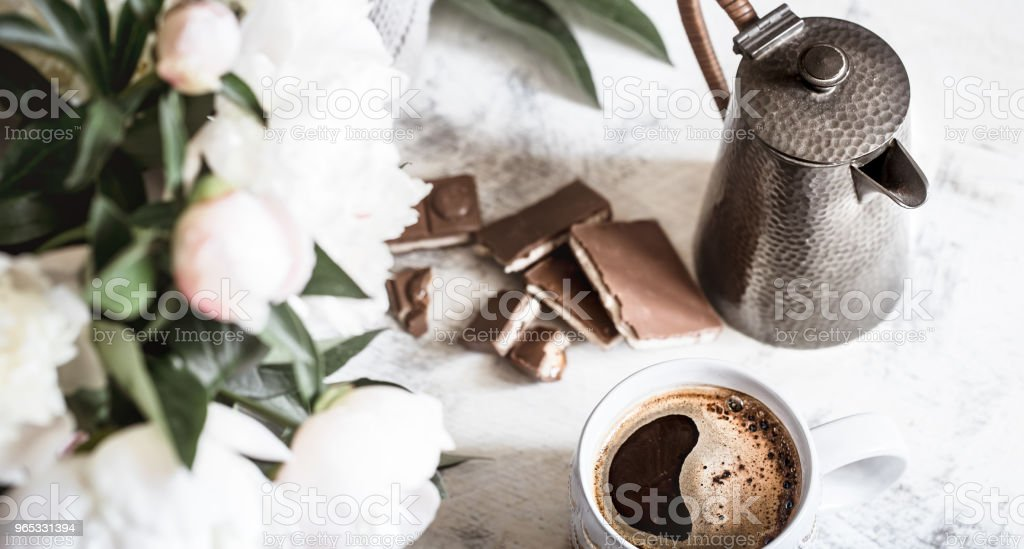 Still life with a cup of coffee and flowers zbiór zdjęć royalty-free