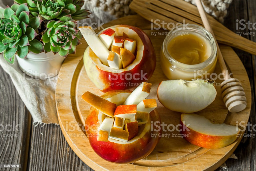 still life with apples on wooden background zbiór zdjęć royalty-free