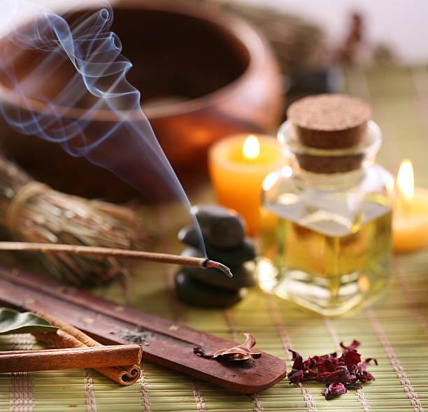 natura morta con aroma si lega alla spa salon. - oli, aromi e spezie foto e immagini stock