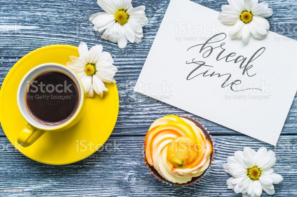 Fincan çay ve kek üzerine ahşap arka plan ile natürmort royalty-free stock photo