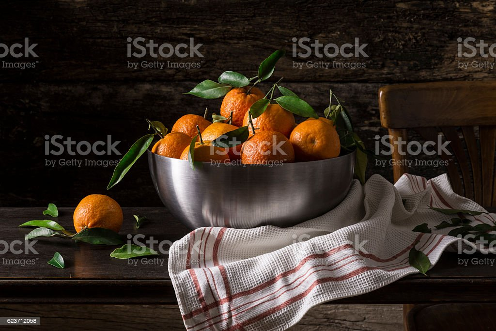 still life with tangerine in a metal bowl – Foto