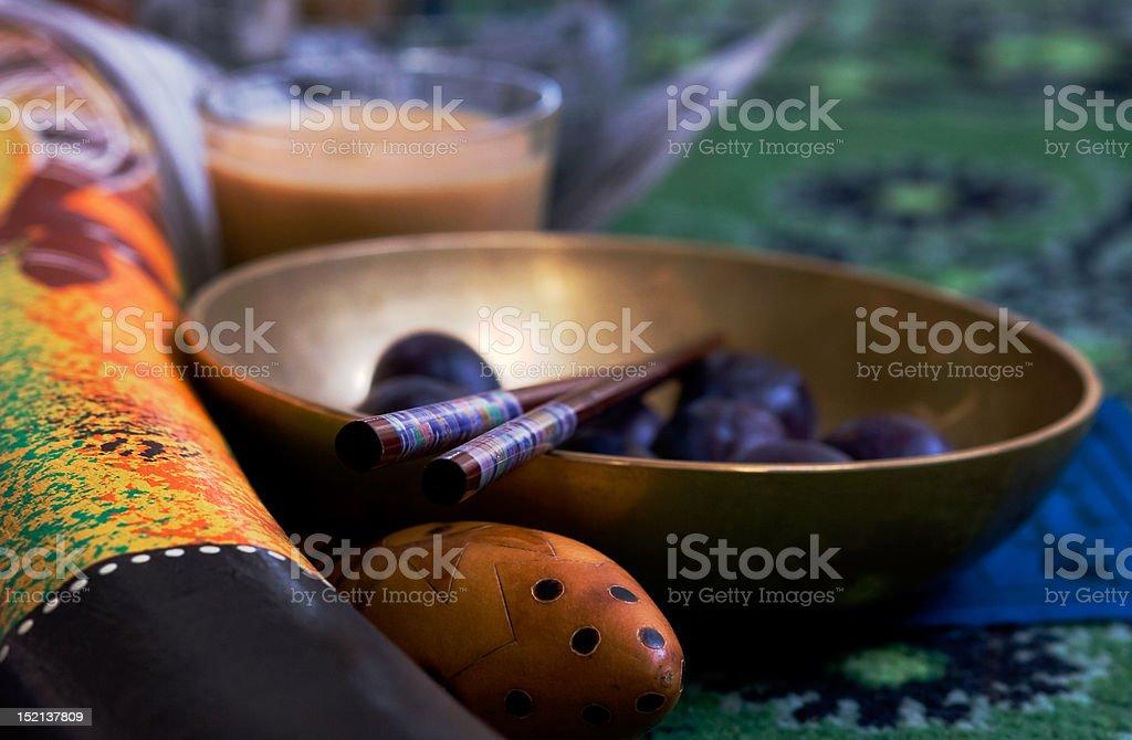 Nature morte avec tibetian bol chantant et prunes - Photo
