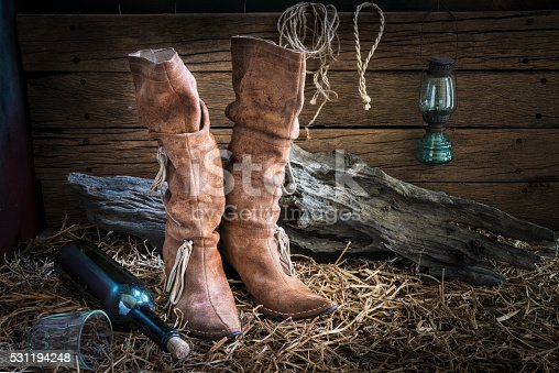 istock Aún con botas de cuero de vida tradicional en granero tipo estudio  531194248 8ee8742725d
