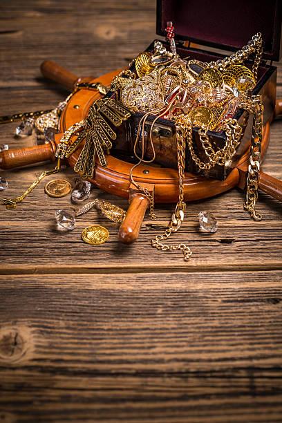stillleben mit schätze - goldgefüllte kette stock-fotos und bilder