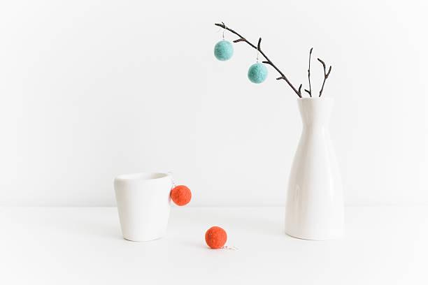 stillleben mit weißen keramik und bunten filz-bälle ohrringe - filzkugeln stock-fotos und bilder
