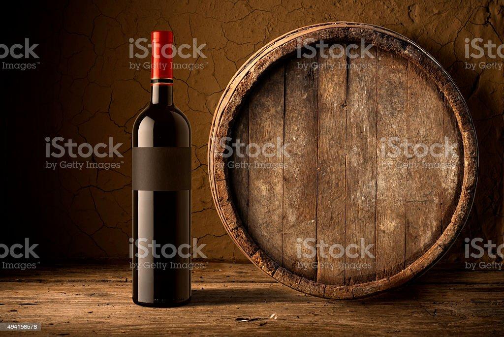 Natura morta con bottiglie di vino, botti e bicchieri di quercia. - foto stock