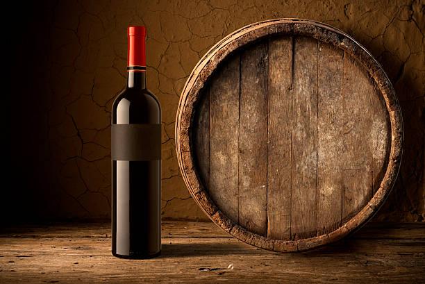 Stilleben mit Wein Flaschen, Gläser und die oak Barrel. – Foto