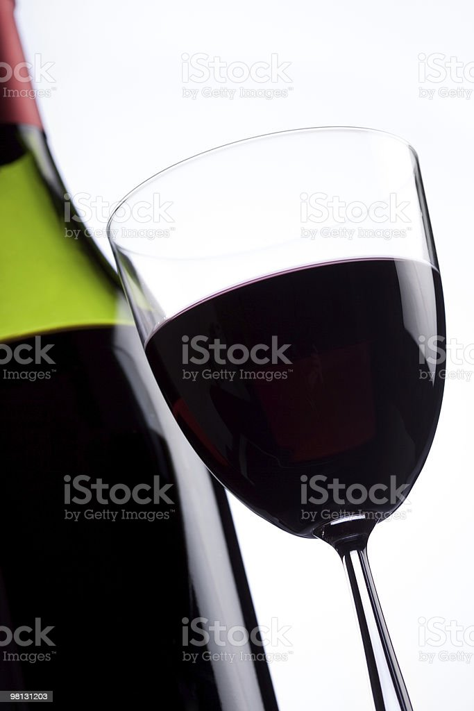 여전히-생은 와인 한 병, 유리 처리 흰색 배경 royalty-free 스톡 사진