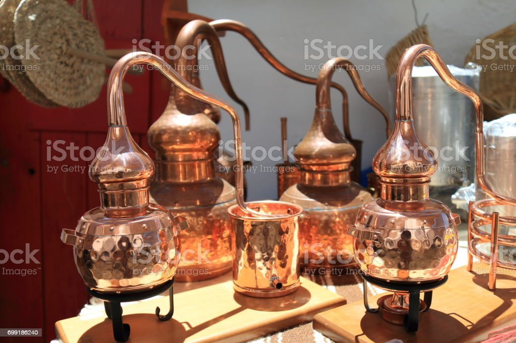Alambiques para destilación de alcohol - foto de stock