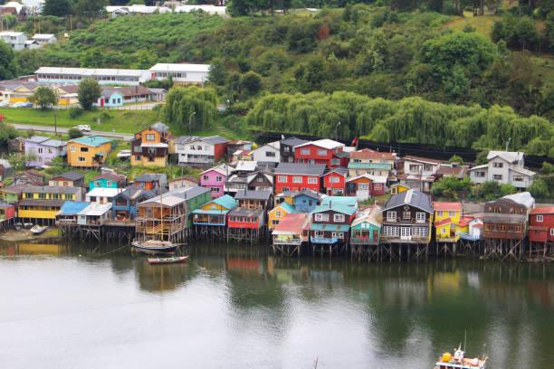 Stelzenhäuser der Kleinstadt Castro auf der chilenischen Insel Chiloe – Foto