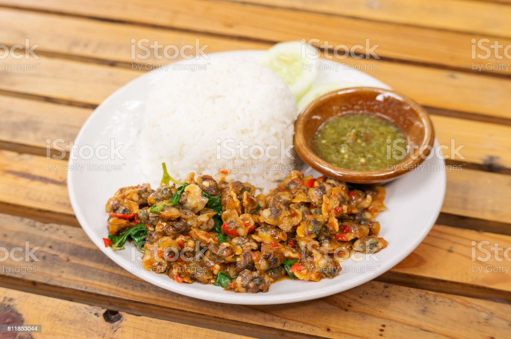 Revuelva frito berberecho con albahaca, servido con arroz cocido. - Foto de stock de Albahaca libre de derechos