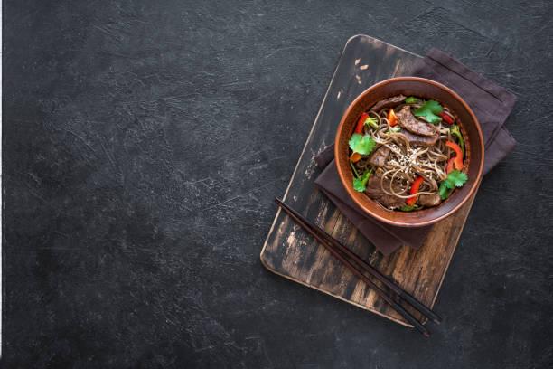 misture macarronetes fritos do soba, carne - comida asiática - fotografias e filmes do acervo