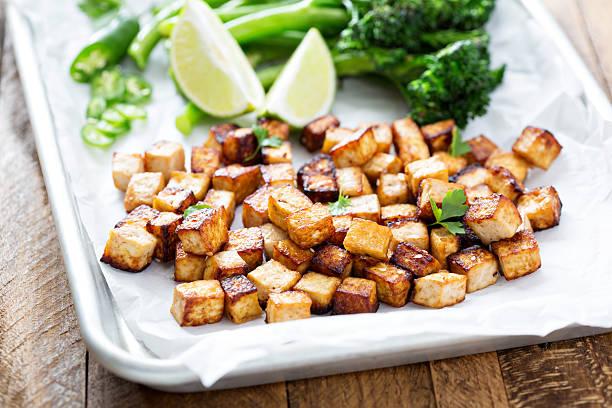 stir-fried tofu in einer bäckerei pfanne - mariniertes tofu stock-fotos und bilder