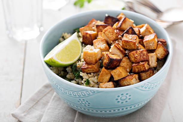 stir-fried tofu in einer schüssel - mariniertes tofu stock-fotos und bilder