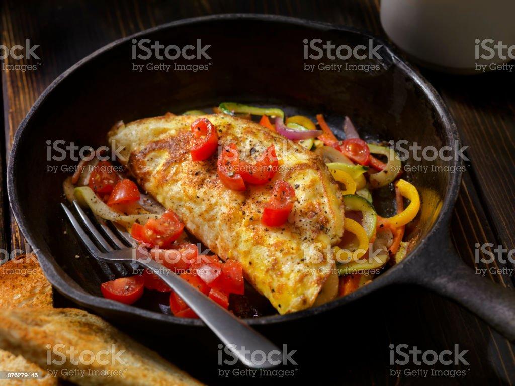 Rühren Sie gebratenes Gemüse Omelette mit frischen Tomaten – Foto