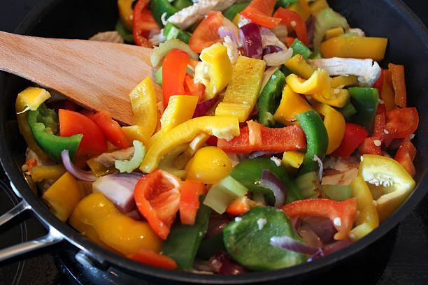 stir-fry gerichte zubereitet werden, paprika, zwiebeln, hühnchen, sellerie, hölzernen küchenspatel - paprika hähnchen stock-fotos und bilder