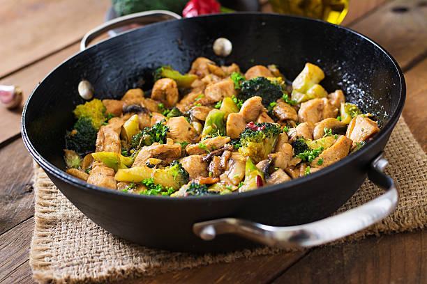 курицы с овощами по-китайски брокколи и грибами-китайская кухня - стир фрай стоковые фото и изображения