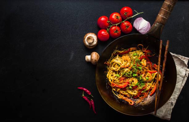 roer bak noedels - thai food stockfoto's en -beelden