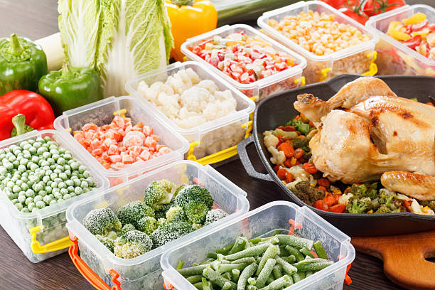 stir fry vegetables frozen and roasted chicken food - tipo di cibo foto e immagini stock