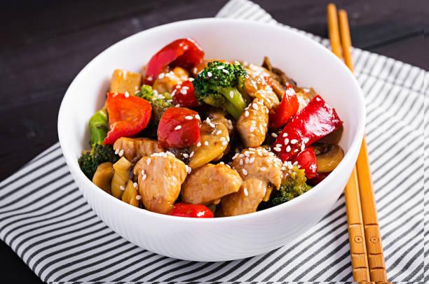 Mit Huhn, Pilzen, Brokkoli und Paprika umrühren. Chinesisches Essen. – Foto