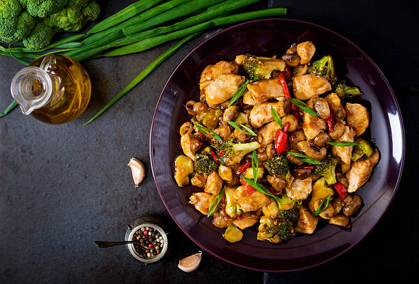 stir fry with chicken, mushrooms, broccoli and peppers - chinesisches essen stock-fotos und bilder